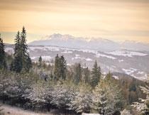 落日余晖下的山峦风光高清图片