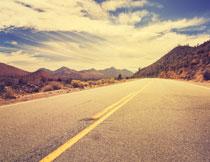 公路与连绵不绝的山峦高清图片