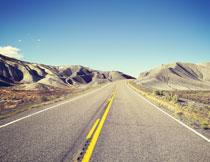 蓝天公路两侧的山峦高清图片