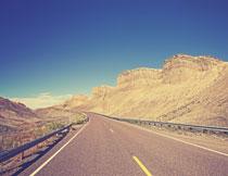 建在沙漠中的高速公路高清图片