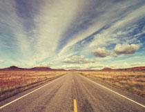 公路与空中的云朵摄影高清图片