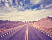 公路与连绵的山丘风光摄影图片