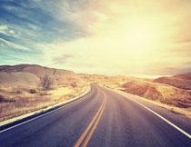 山丘间的蜿蜒公路摄影高清图片