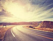 耀眼霞光下的公路摄影高清图片