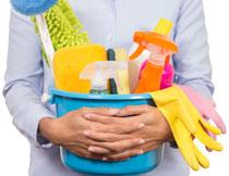 怀抱着清洁工具的人物高清图片