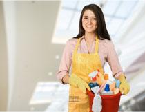 装备齐全的美女保洁员高清图片