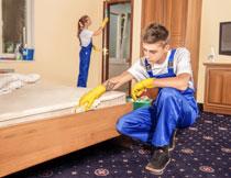 仔细打扫的保洁员摄影高清图片
