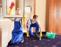 擦玻璃清扫地面的保洁人员图片