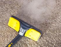 在地毯上的吸尘器摄影高清图片
