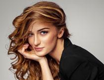 浓密卷发美女模特摄影高清图片