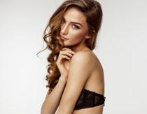 黑色内衣卷发美女摄影高清图片