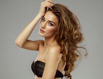 黑色文胸卷发造型美女高清图片