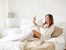 拿手机自拍的美女摄影高清图片