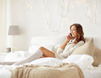 躺在床上打电话的美女高清图片