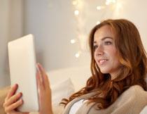 在玩着平板电脑的美女高清图片