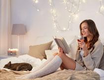喝着酒看书的美女摄影高清图片