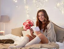 拿着花阅读卡片的美女高清图片