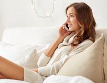 在打着电话的美女摄影高清图片
