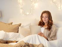 躺床上的休闲美女摄影高清图片