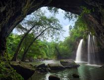山洞外的树林瀑布摄影高清图片