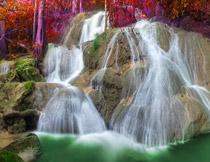 树林与如丝缕般的瀑布摄影图片