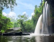 蓝天白云树木瀑布摄影高清图片