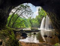瀑布美景与茂密的树林高清图片