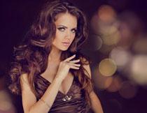 低胸装扮卷发美女人物摄影图片