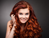 披肩红头发的开心美女高清图片
