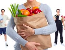 抱蔬菜的人物局部摄影高清图片