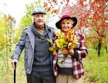 在户外散步的老年夫妇高清图片
