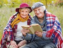 在一起看书的老年夫妇高清图片