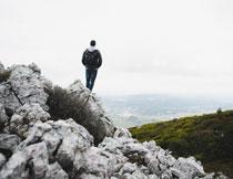 站在山间石头上的人物高清图片
