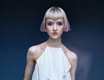 露肩装扮短发美女摄影高清图片
