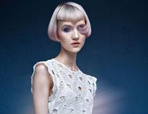 白色长裙短发美女摄影高清图片