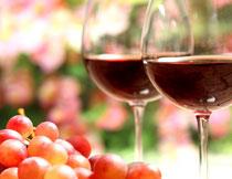 葡萄与倒了酒的高脚杯高清图片