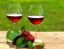 葡萄酒与绿叶葡萄摄影高清图片