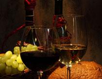 面包葡萄与酒瓶酒杯摄影高清图片