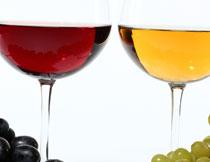 两串葡萄与两个高脚杯高清图片