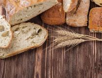 桌面上的面包麦穗摄影高清图片
