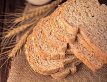 桌上切开的面包片摄影高清图片
