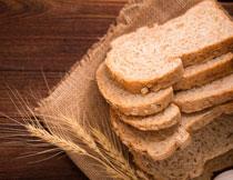 小麦穗与切开的面包片高清图片