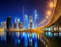 倒影在水中的城市建筑高清图片