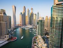 湖边的城市建筑物摄影高清图片