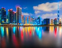 水边的建筑物夜景摄影高清图片