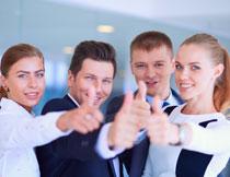 一起翘拇指的商务人物高清图片