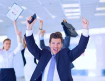 举双手庆祝的人物摄影高清图片