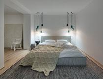 亮着灯的卧室房间摄影高清图片