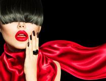 围着红丝巾的美女摄影高清图片