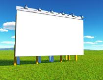 草地上竖起来的广告牌高清图片